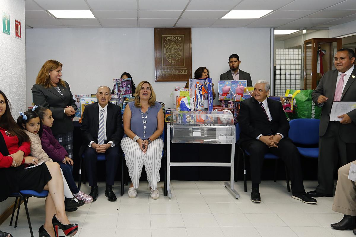 Empleados, representantes sindicales y autoridades del Fondo festejaron el Día del Niño