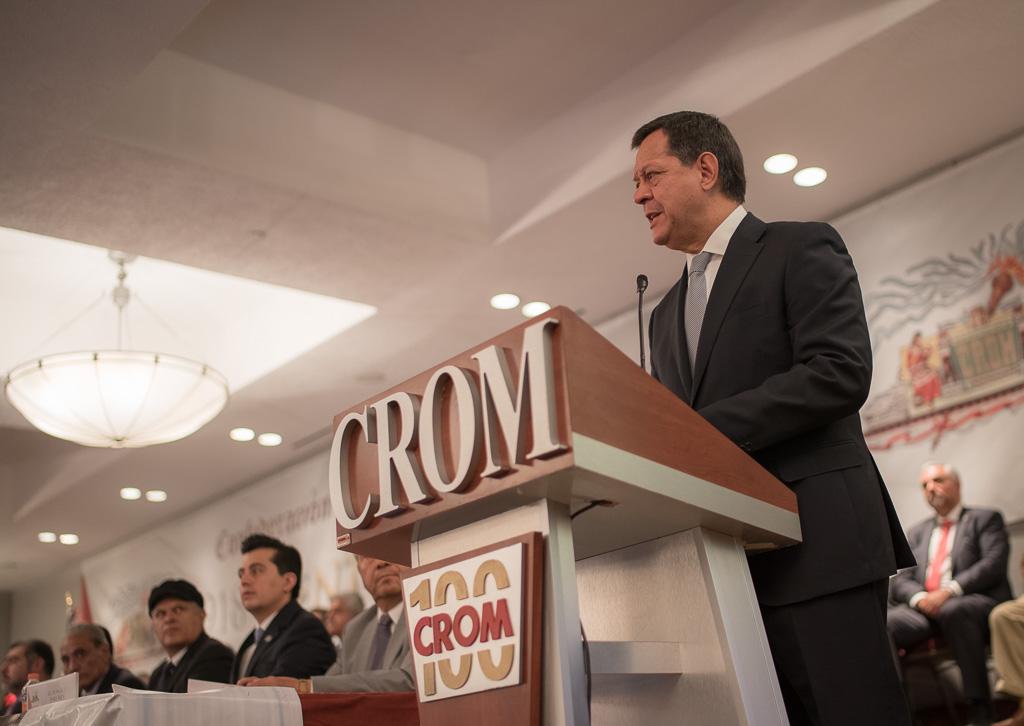 El Secretario Roberto Campa en saludo con el Secretario General de la CROM, Rodolfo González Guzmán.