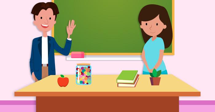 Foto de dos docentes en una aula de clases
