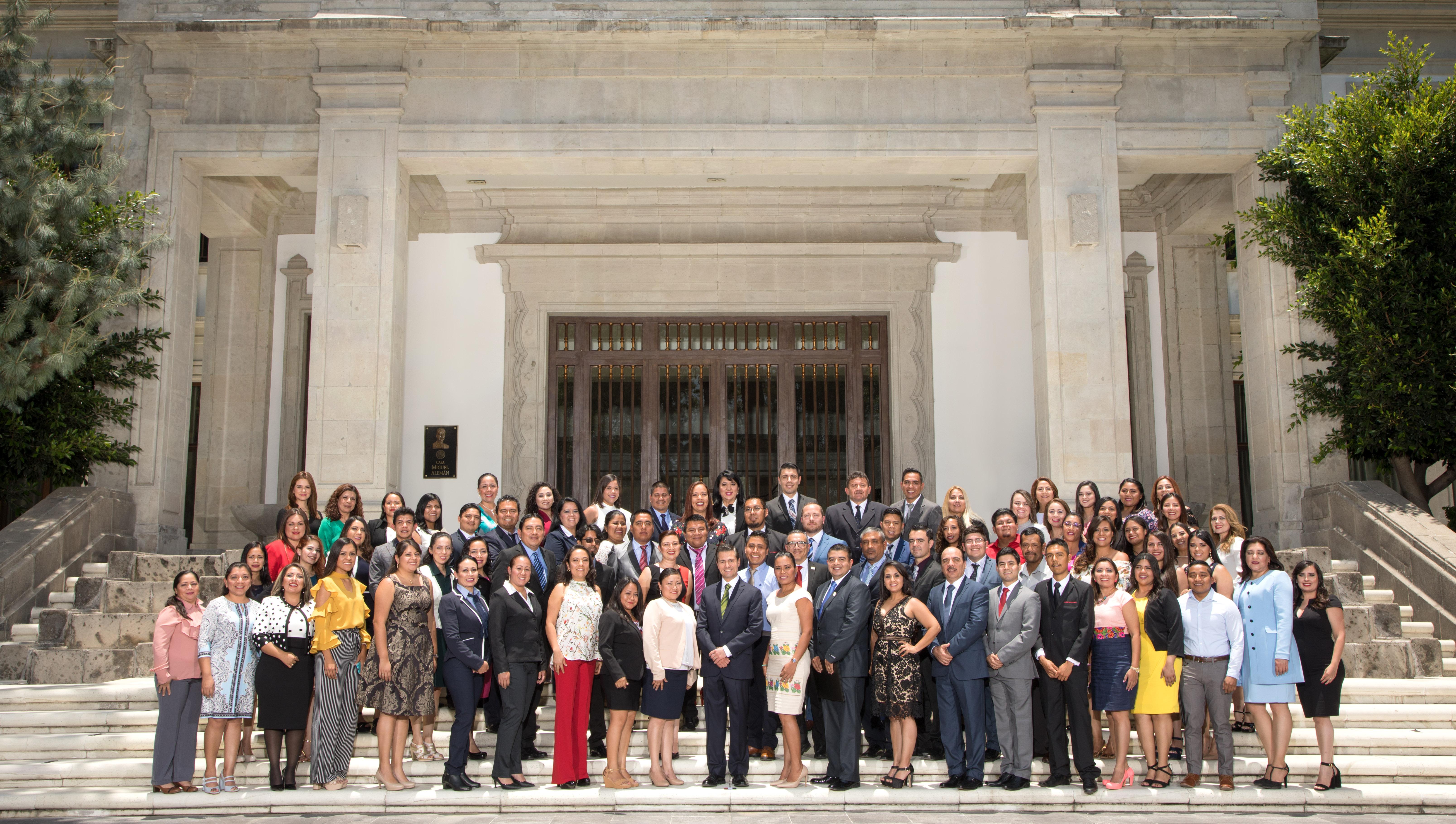 Maestros acompañan al Presidente Enrique Peña Nieto en la Residencia Oficial de los Pinos