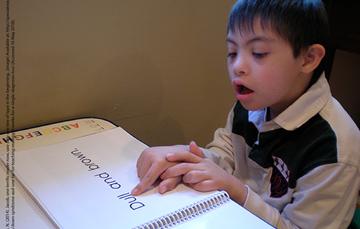 Niño con discapacidad intelectual, leyendo