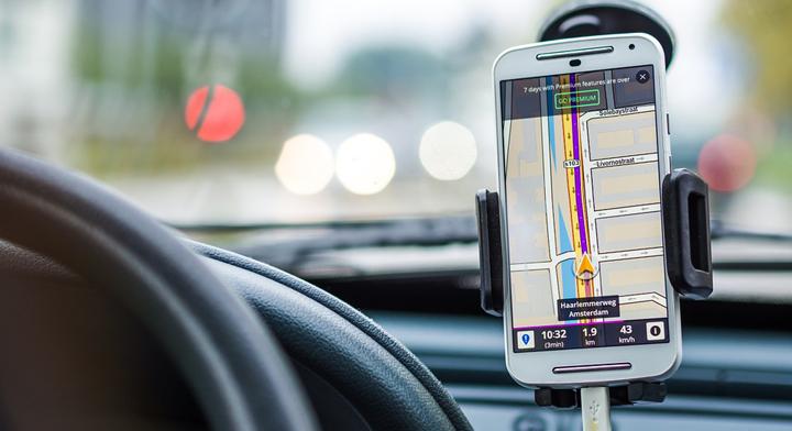 Imagen de un teléfono inteligente usando la aplicación del navegador.