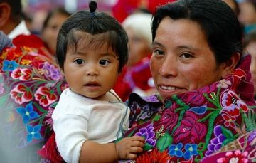 Madre cargando a su bebé