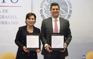 La Titular de la SEDATU, y el Fiscal Especializado para la Atención de Delitos Electorales muestran la Carta Compromiso