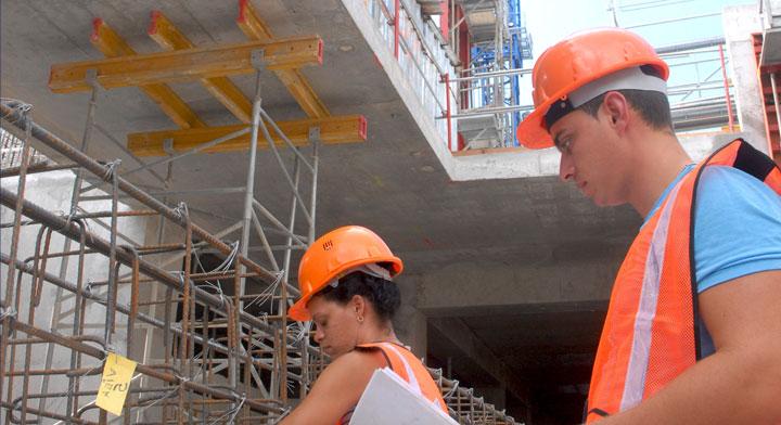 Un hombre y una mujer trabajando en una construcción