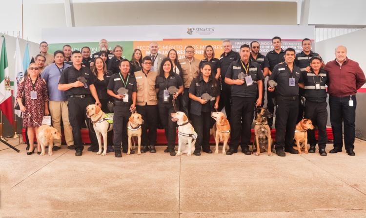 Generación 21 de oficiales y perros que trabajan en la inspección de productos