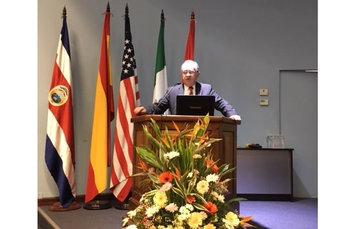 """El Dr. Miguel Ángel Lezana Fernández en el estrado en el congreso Internacional """"La seguridad del paciente: una prioridad en los sistemas de salud"""""""