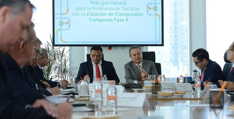 El Secretario de Energía, Pedro Joaquín Coldwell, y el Gobernador de Yucatán, Rolando Zapata Bello, durante el anuncio de inversión para la península de Yucatán.