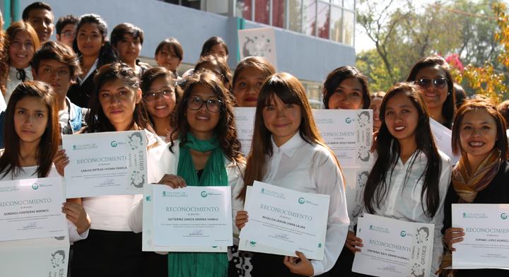 Grupo de alumnos mostrando un reconocimiento