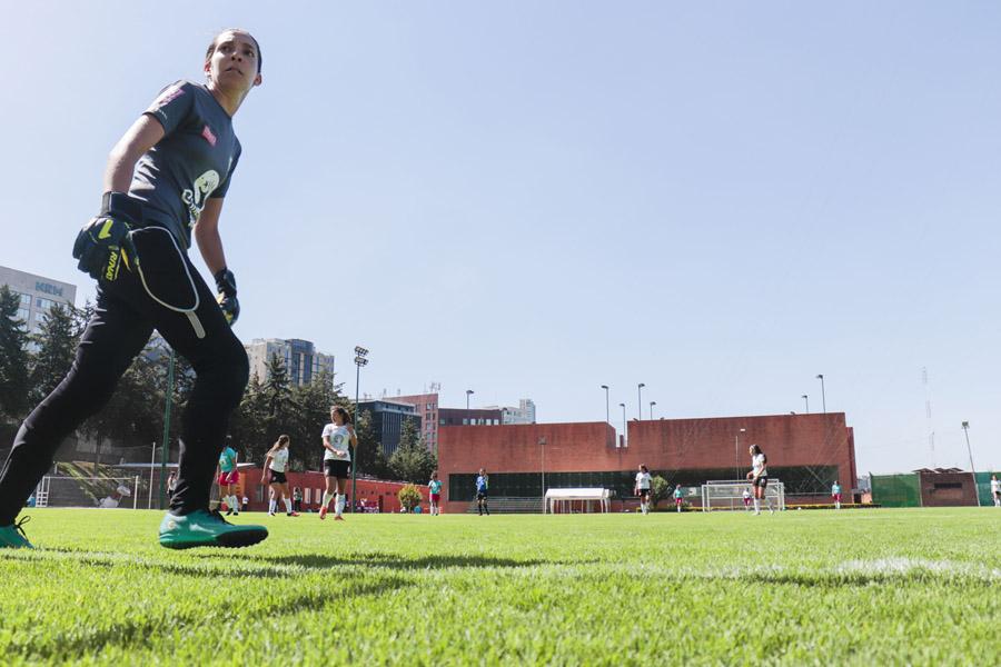 A pesar de todas las barreras históricas que ha enfrentado, hoy el fútbol femenil está viendo uno de sus mejores momentos