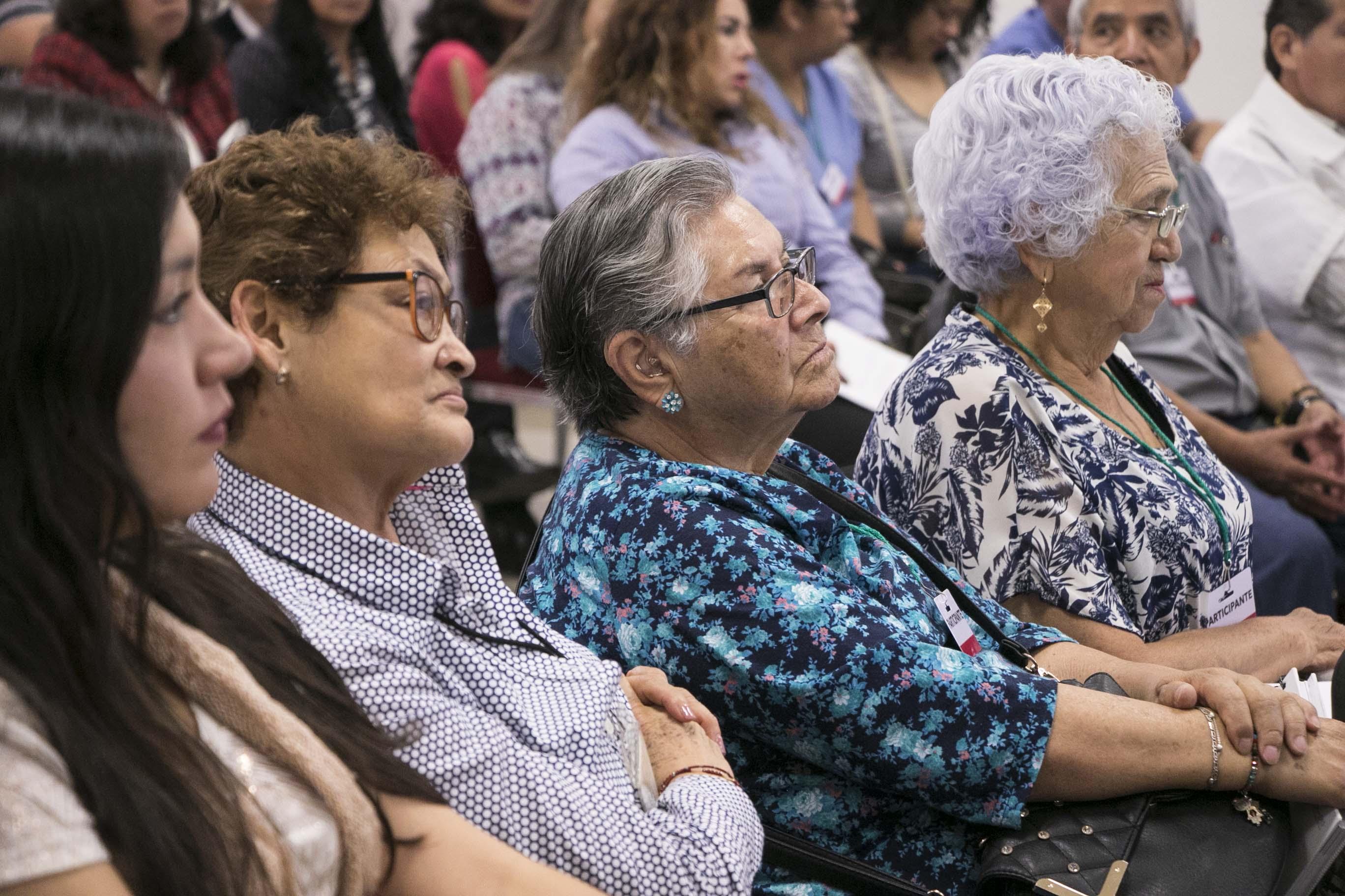 Adultos mayores participan en curso del INAPAM