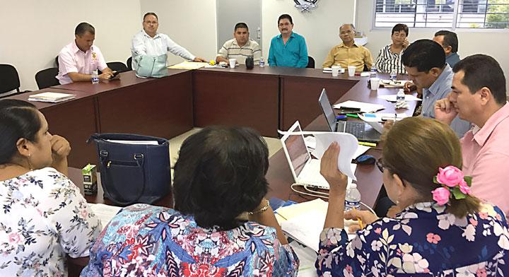 Mesa de trabajo de una comisión mixta de reparto de utilidades integrado por trabajadores y trabajadoras.