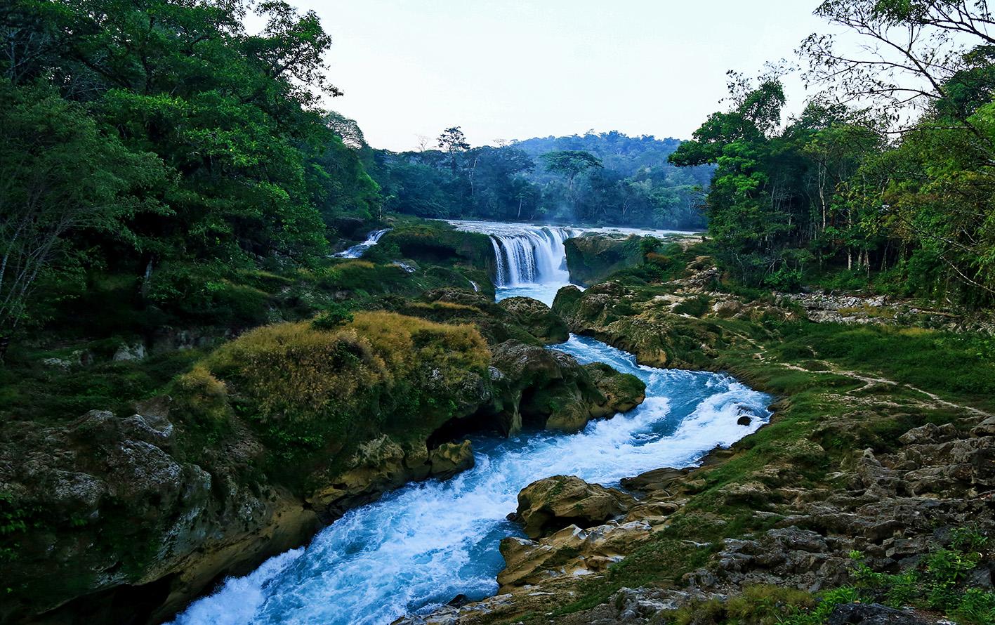 La cuenca hidrológica es una cavidad natural en la que se acumula agua de lluvia. Circula hacia una corriente principal y finalmente llega a un punto común de salida.