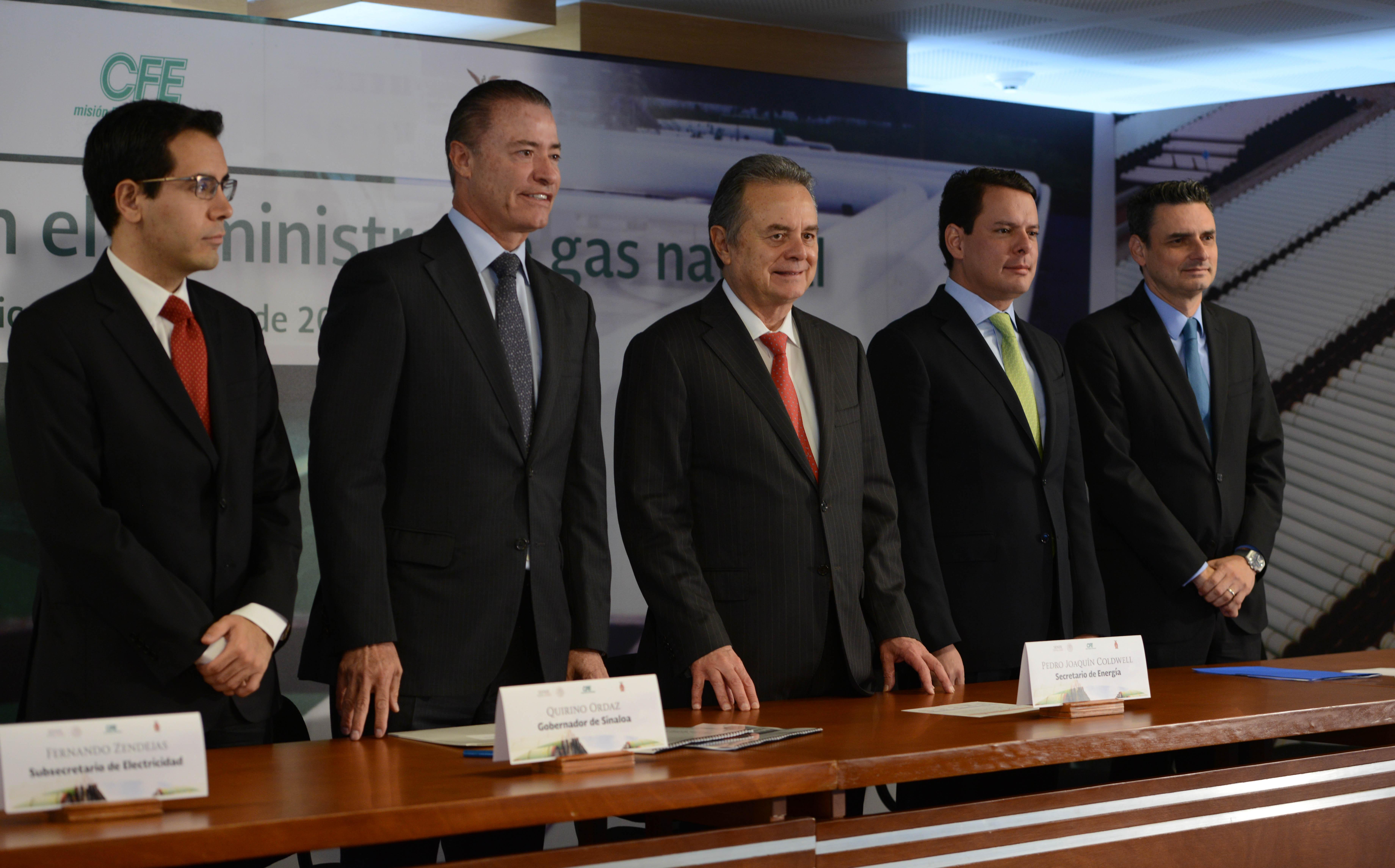 Foto de la mesa de los oradores, del evento. Secretario de Energía Pedro Joaquin Coldwell, Gobernador de Sinaloa Quirino Ordaz Coppel,