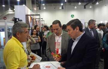 foto de Stand de Exporestaurantes 2018, Alejandro Vázquez Salido titular de ASERCA, Baltazar Hinojosa,  titular de Sagarpa y productor de Miel