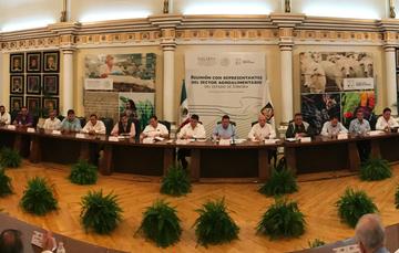 Baltazar Hinojosa Ochoa, durante una reunión con representantes del sector agroalimentario de Sonora.