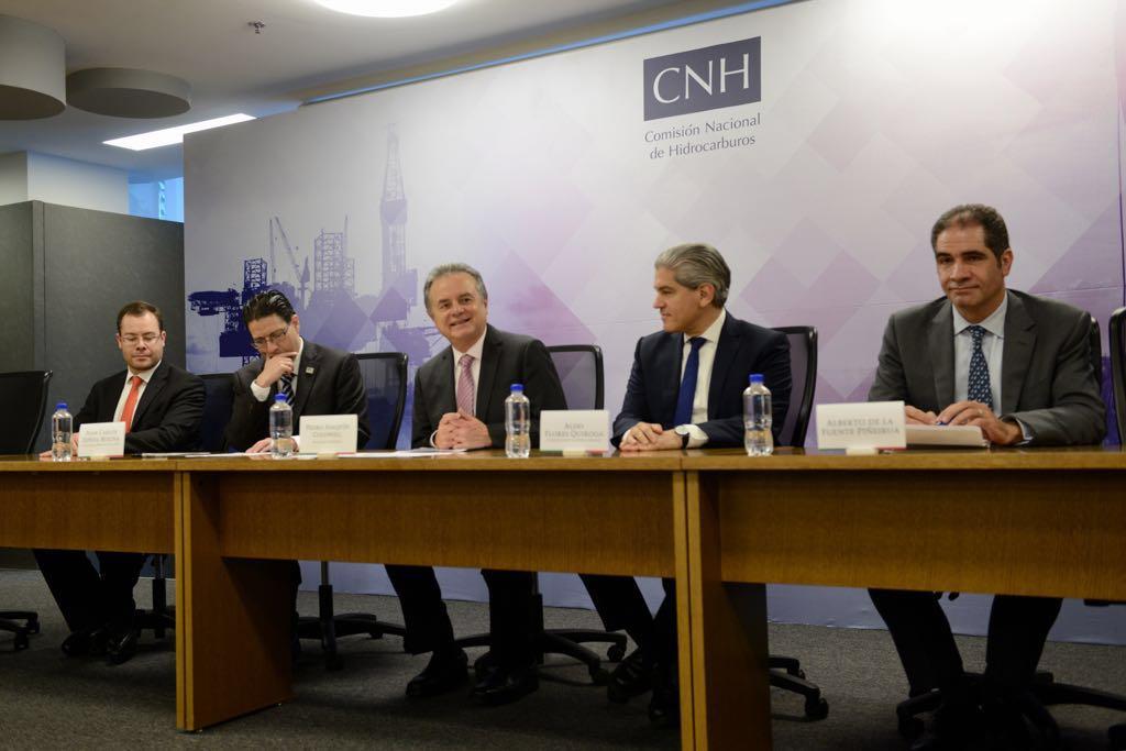 Mesa con los oradores del evento.