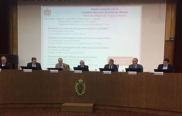 Miembros del presídium integrada por especialistas en la Sesión Conjunta celebrada en la Academia Mexicana de Cirugía