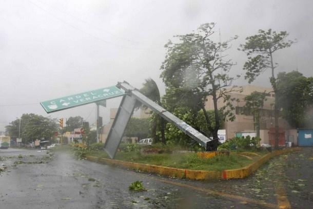 Poste de señalamiento de transito venido abajo durante ciclón.