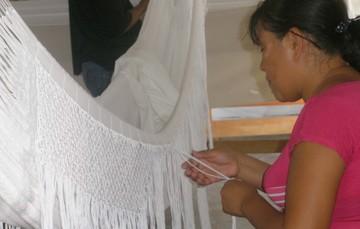 Artesana tejiendo una hamaca