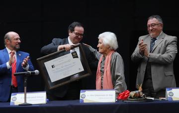 Entrega funcionario de la UNAM reconocimiento