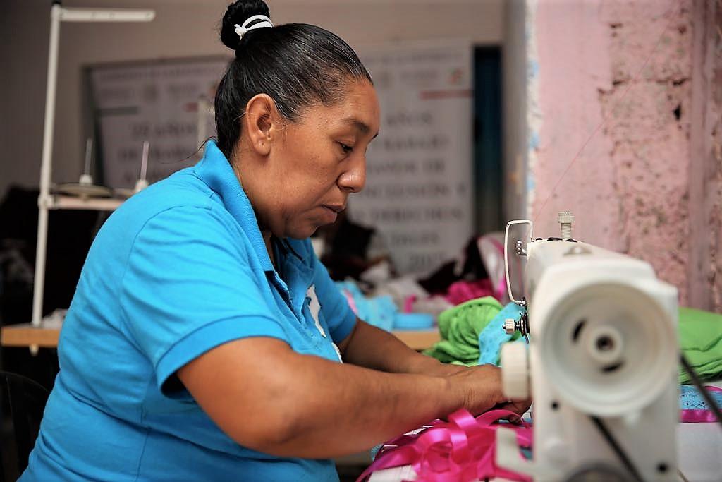 Mujer trabajando en una máquina de coser