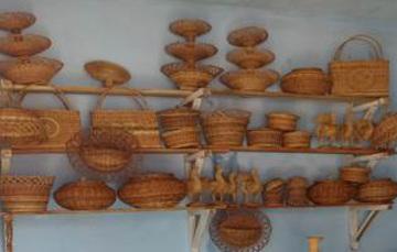 Repisa con artesanía de fibra vegetal