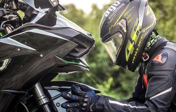 Fotografía de persona revisando su motocicleta