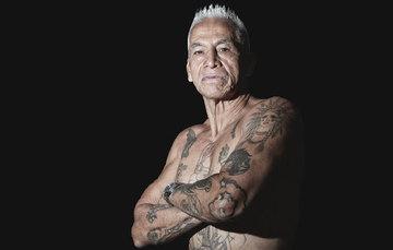 En la imagen aparece Tito mostrando sus tatuajes.