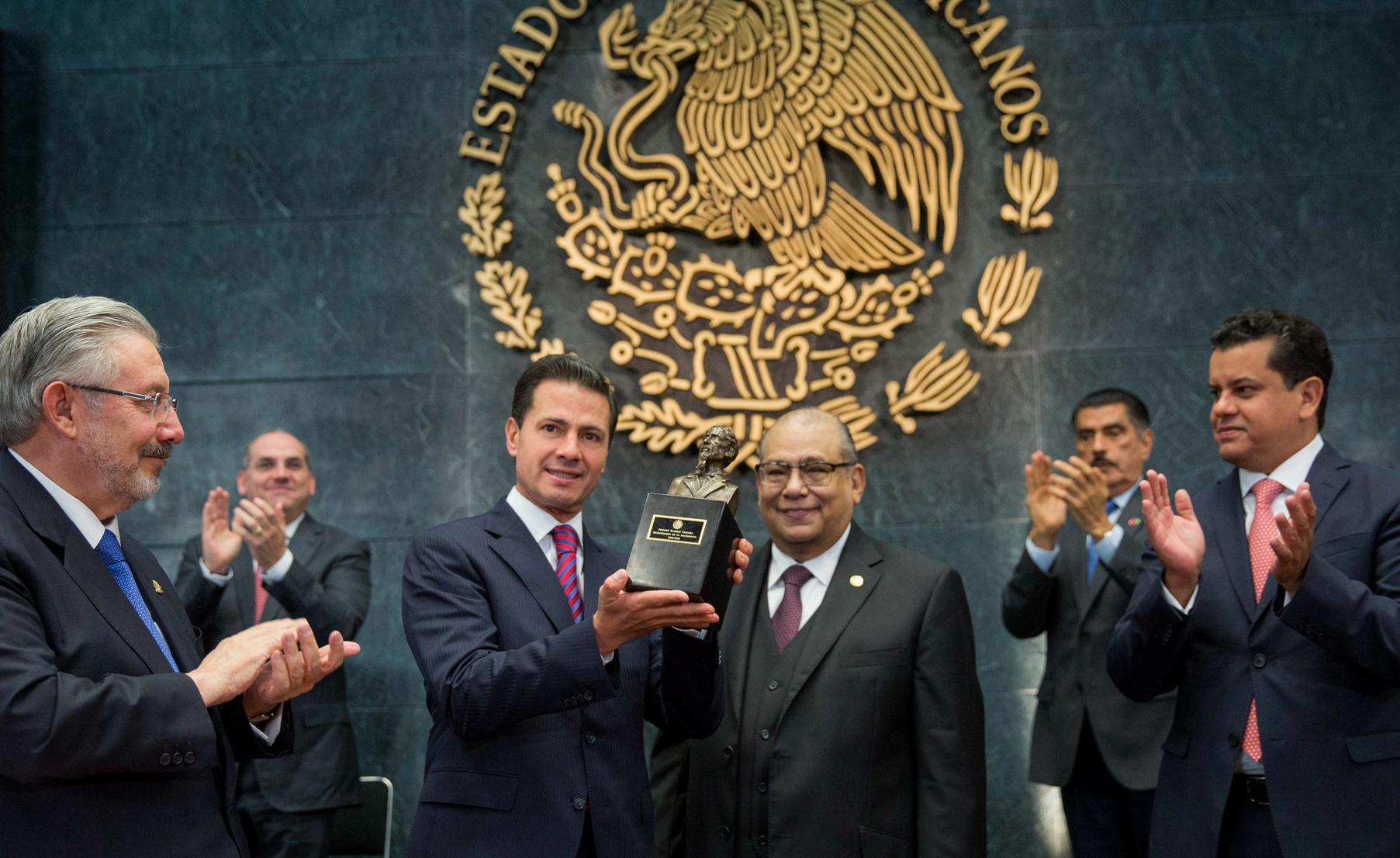 """""""Como mexicanos debemos sentirnos orgullosos de vivir en un país de Leyes e Instituciones"""": EPN"""