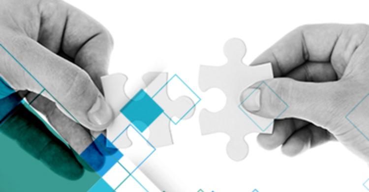 En la imagen se observan dos manos sosteniendo piezas de un rompecabezas, con la intención de unirlas.