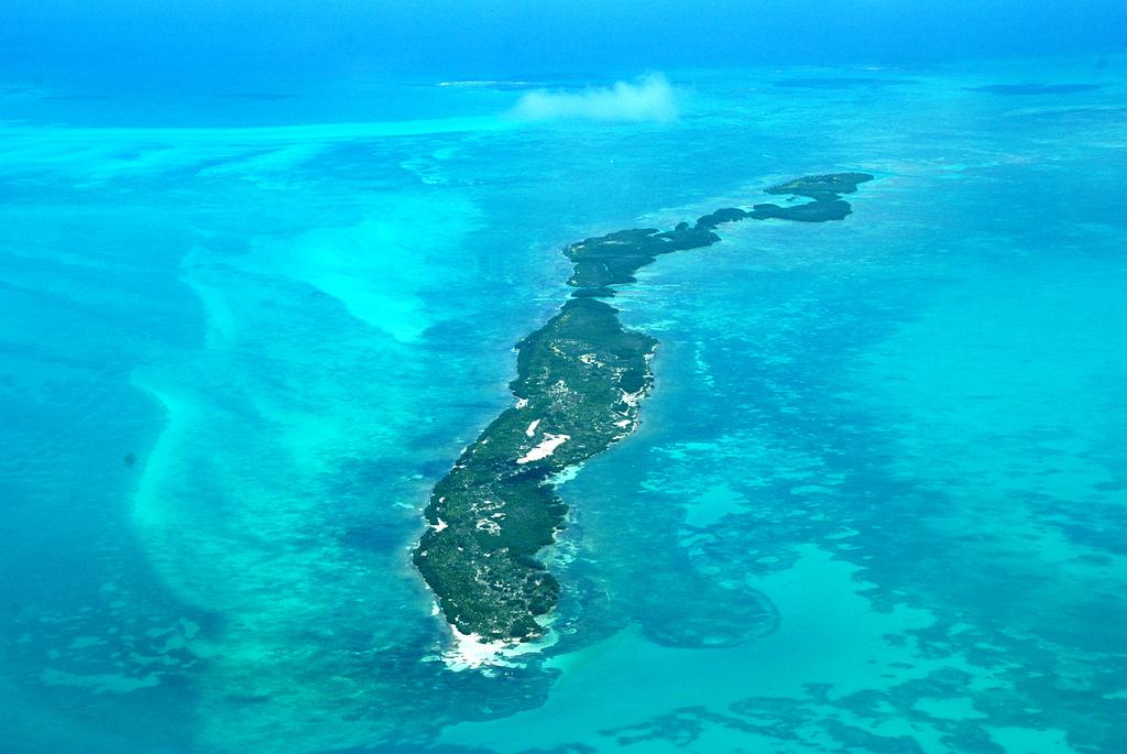 Vista aérea de isla en medio del océano.