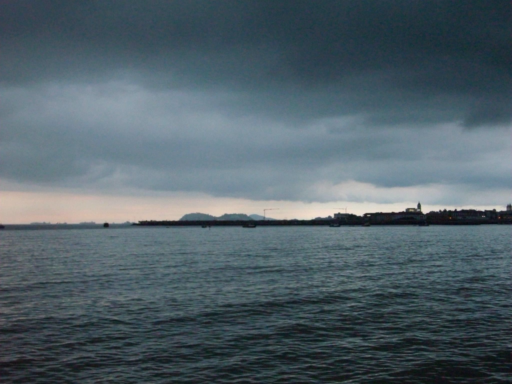 Panorámica de asentamiento humano a las orillas del mar.