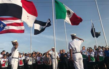 Los atletas mexicanos estuvieron emocionados en el izamiento del lábaro patrio