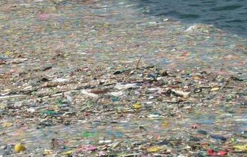 Desechos plásticos en la superficie del océano.