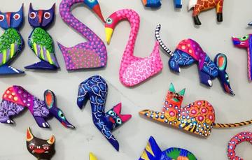 figuras pequeñas de animales en madera.