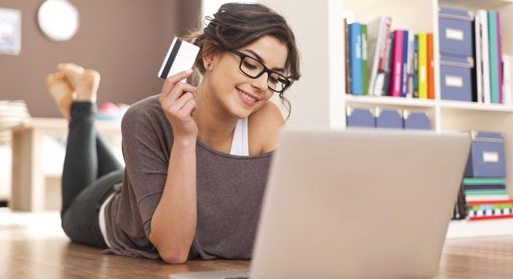 Mujer utilizando una laptop
