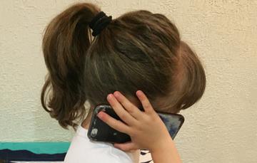 Imagen de una niña hablando por teléfono.