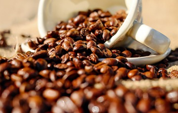 Tasa con granos de café