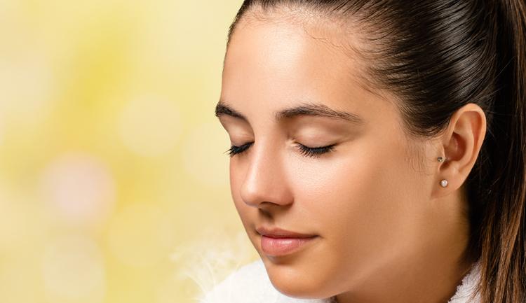 persona percibiendo un aroma u olor, en alusión a las marcas olfativas