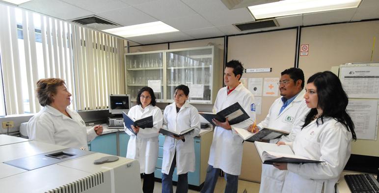 Estudiantes toman clase en laboratorio