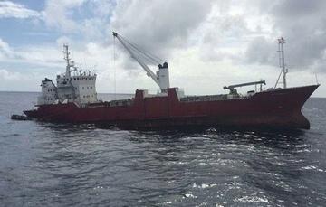 Frontal de buque en alta mar.