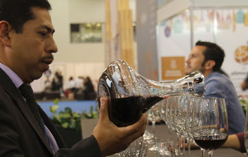 sirviendo copas de vino para realizar cata