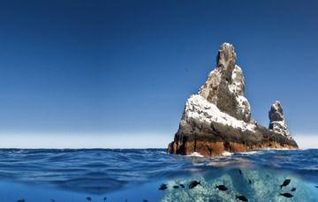"""Frontal y submarina de relieve de islote llamado """"Roca Partida"""", emblema del Archipielago Revillagigedo  y la más reciente área natural protegida en México"""