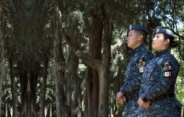 Lateral de pareja de oficiales; mujer y hombre, de la Gendarmería Ambiental en México.