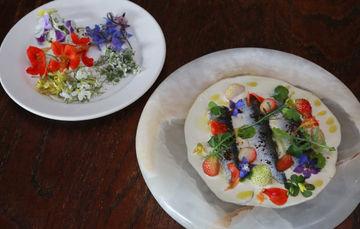 alimento hecho con flores y productos prehispánicos