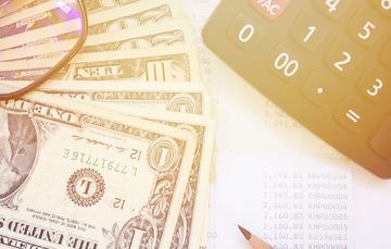 """En la imagen, herramientas, dinero en efectivo que ilustra la aplicación del servicio de PROFECO """"Quién es Quién en el envío de dinero"""""""