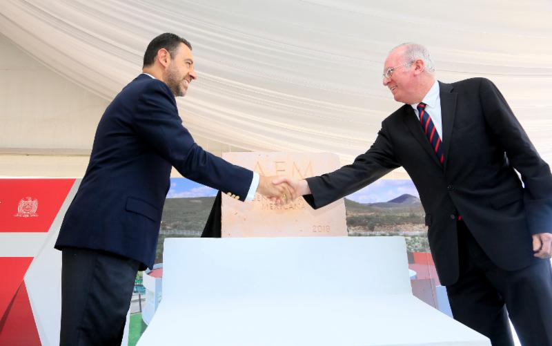 (Izq. a der.) el Gobernador de Zacatecas, Lic. Alejandro Tello, y el Titular de AEM, Dr. Javier Mendieta, estrechan manos junto a la primera piedra del CREDEZ