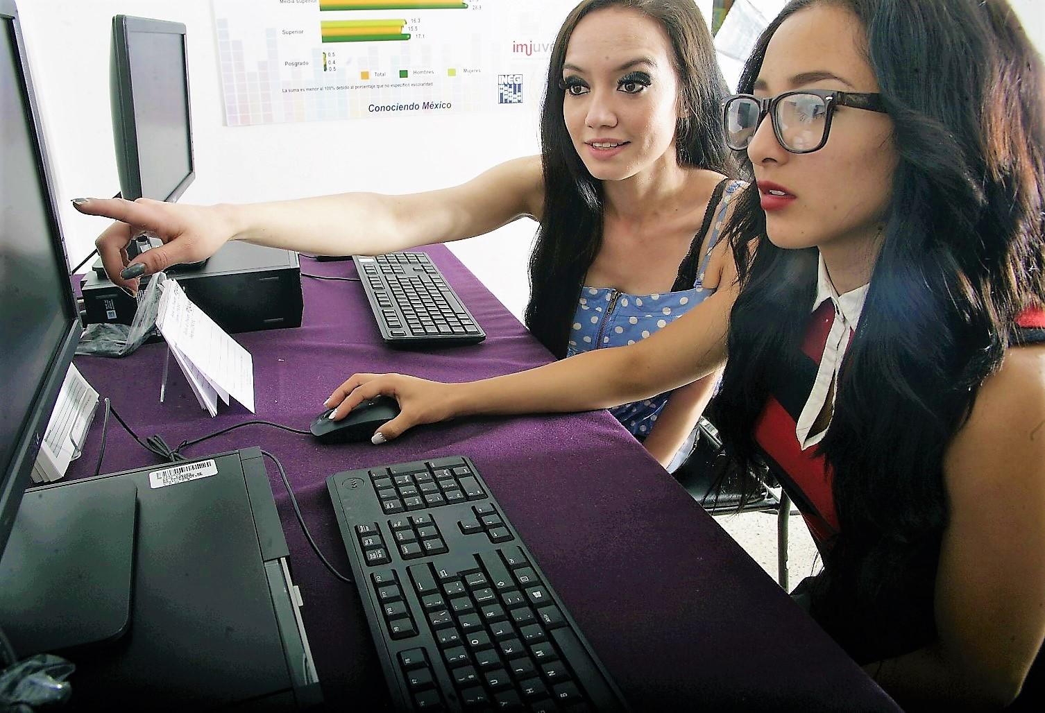 Dos chicas usando una computadora