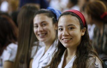 Dos chicas sonriendo